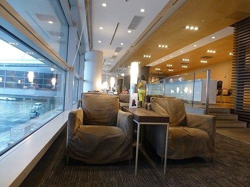 空港ラウンジのソファ