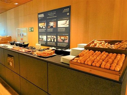 空港ラウンジの軽食コーナー