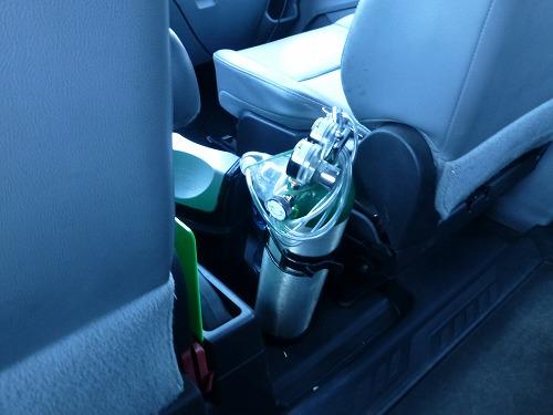 ボリビアのラパスで走っているタクシーに積まれた酸素ボンベ