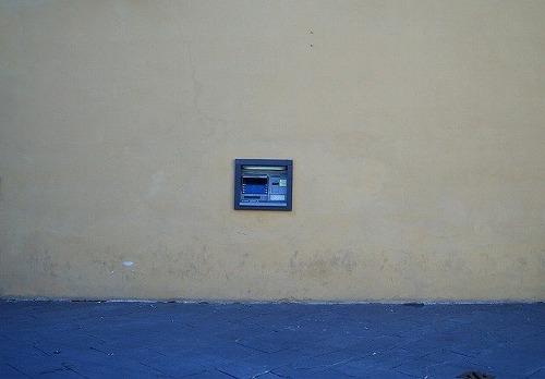 壁に設置されたATM