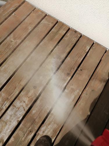 噴射したハチの巣撃滅スプレー