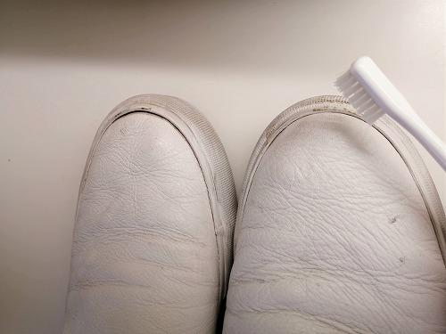 革製スニーカーのソール部分を歯ブラシで磨く