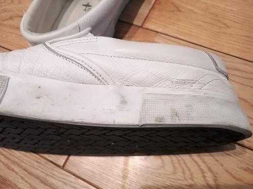 ワイプで磨く前の革製スニーカーのソール部分