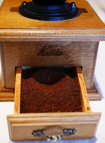 ミルで挽いたコーヒー豆