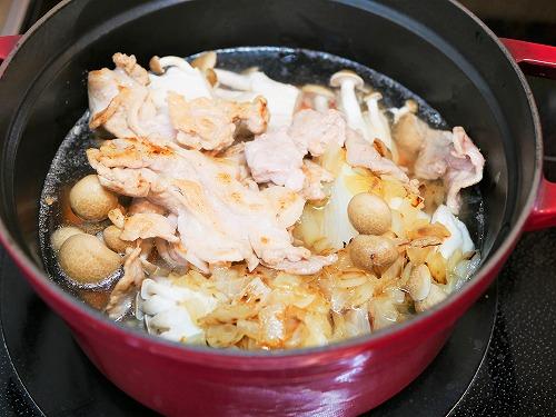 鍋に入れたカレーの具材(水を入れた後)