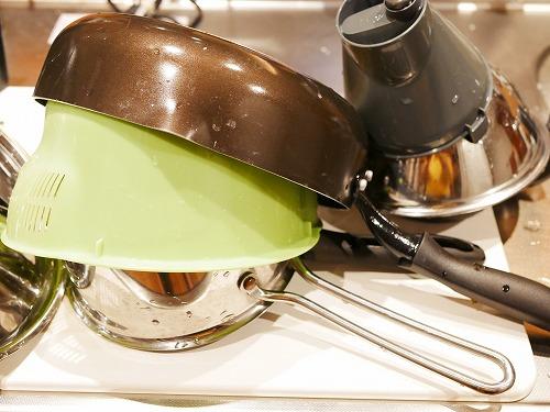 鍋やザルを置いた珪藻土マット