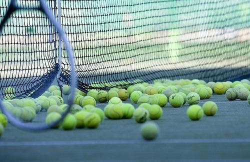 テニスコートに転がるテニスボール