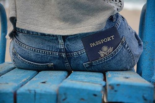 お尻のポケットにパスポートを入れている