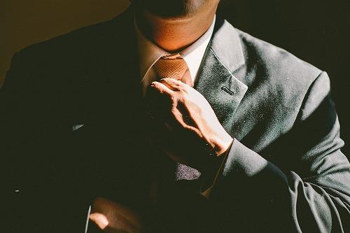 ネクタイを直すサラリーマン