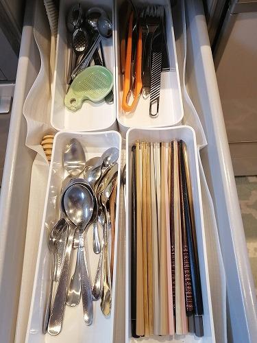 システムキッチン内の箸やスプーンの収納