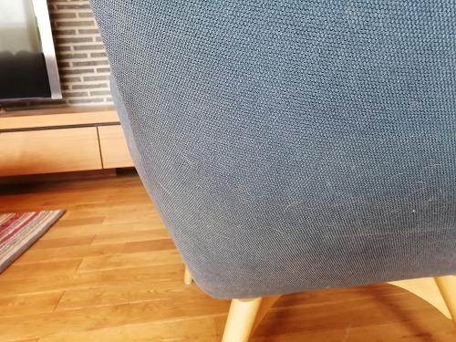 ネコ毛がついた布製のイス