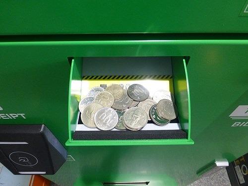 ポケットチェンジの小銭投入口に小銭を入れる