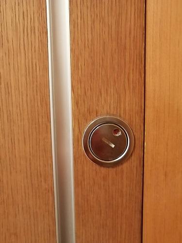 カギを閉めた扉