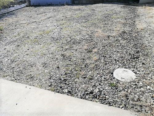 砂利を敷いた外庭
